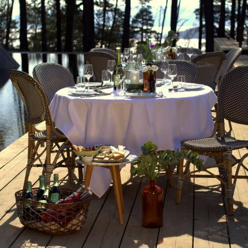 Bord dekket til sommerfest ved vannspeilet